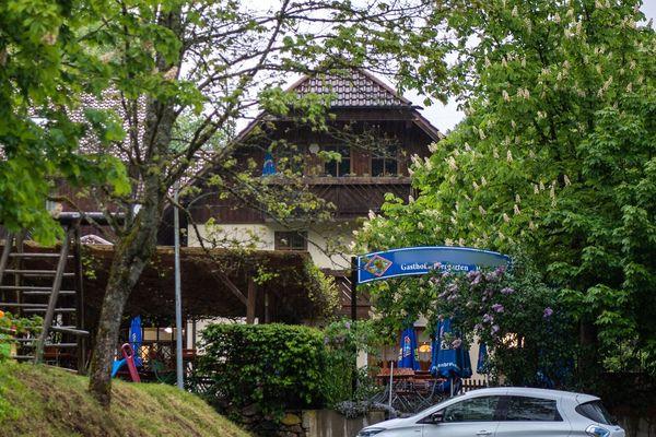 Une femme de chambre a trouvé trois cadavres samedi 11 mai, dans cette auberge, à Passau (Bavière).