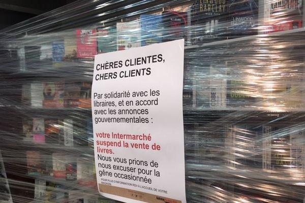 A Uzès, dans le Gard, l'Intermarché a déjà balisé les rayons livres, prêt-à-porter, bijoux, jouets ou encore électroménager, fermés à partir du mardi 3 novembre
