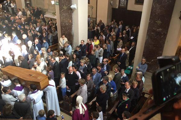 Huit-cents personnes assistent aux obsèques du jeune prêtre