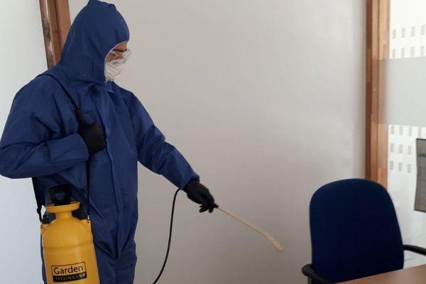 Combinaison, masque, gants et lunettes sont désormais l'équipement de bon nombre de salariés d'entreprises de nettoyage pour désinfecter divers locaux face à la menace du coronavirus.