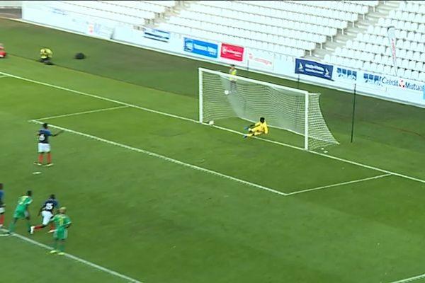 Le capitaine français, Lucien Agoumé, égalise sur penalty à la 42ème pour les Bleuets, en prenant le gardien sénégalais à contre-pied.