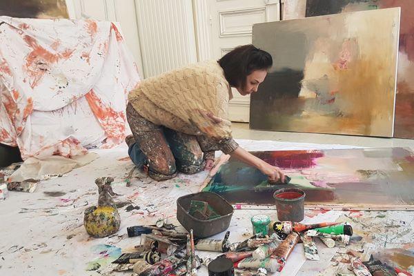Leena Noux travaille toutes ses toiles sur le sol de son atelier