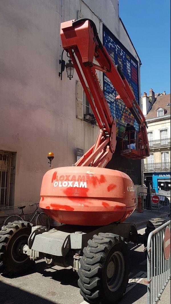 L'artiste Speedy Graphito en plein travail sur un mur de Dijon