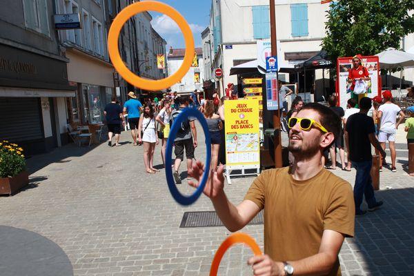 Un festivalier profite du village du cirque, place des Bancs à Parthenay.
