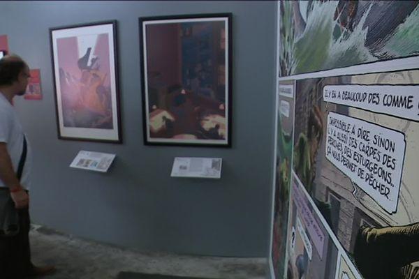 Un festivalier découvre l'exposition d'affiches d'auteurs présentée à la halle Freyssinet dans le cadre de la 23e édition de Rendez-vous de la bande dessinée d'Amiens, le dimanche 2 juin 2018.