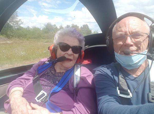Paulette Jousseau, 100 ans, à côté du pilote Gilles Bertrand.