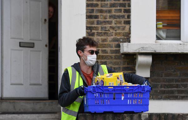 Livraison de l'aide alimentaire dans une maison de Peckham, un quartier populaire de Londres.