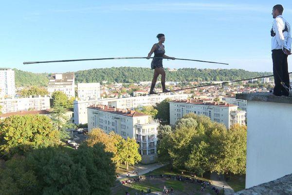 Sans attache et portée par le vent, Tatiana-Mosio Bongonga, de la compagnie Basinga, évolue sur un fil à 35 mètres de haut.