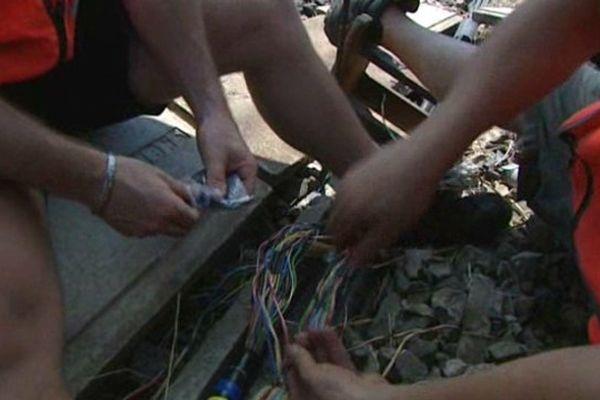 Les techniciens de la SNCF réparent les câbles sectionnés