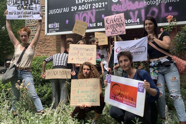"""Mercredi 30 juin, plusieurs mouvements féministes ont manifesté devant le musée de l'affiche à Toulouse contre une exposition """"sexiste et humiliante de l'image de la femme."""""""