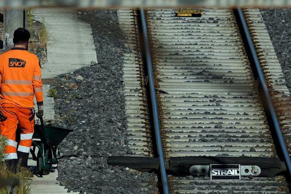 """Les syndicats évoquent une """"souffrance"""" au travail qui interroge sur la réorganisation du groupe ferroviaire public."""