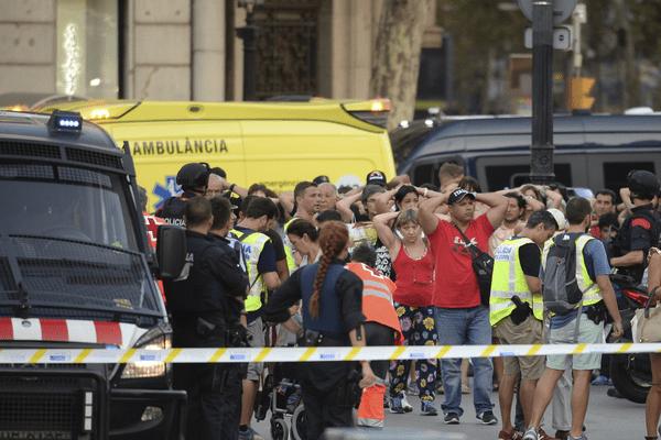 Des policiers espagnols effectuent des contrôles d'identité après une attaque terroriste sur les Ramblas à Barcelone en Catalogne jeudi 17 août 2017.