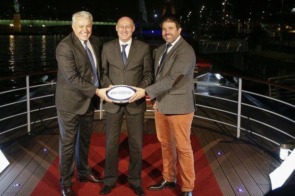 Le directeur du projet de candidature Claude Atcher, le président de la Fédération française de rugby Bernard Laporte et le vice- président de la Fédération française de rugby Serge Simon.