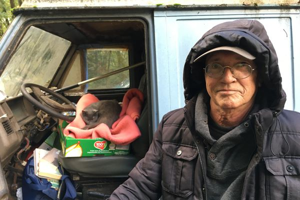 Yves vit dans sa camionnette depuis 6 ans avec son chat Ouistiti