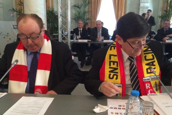 Dominique Dupilet, président du Conseil général du Pas-de-Calais avec une écharpe du LOSC et Patrick Kanner, président du Conseil général du Nord, avec une écharpe du RC Lens.