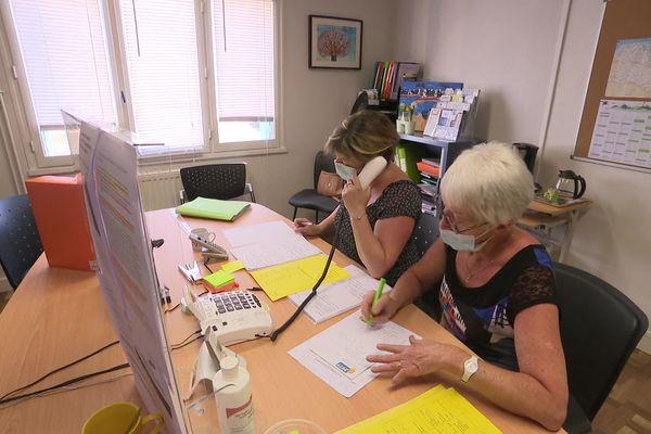 Les écoutantes de l'association Alma 22 reçoivent les appels de proches, voisins ou alerteurs sur des situations suspectes de maltraitance aux personnes âgées