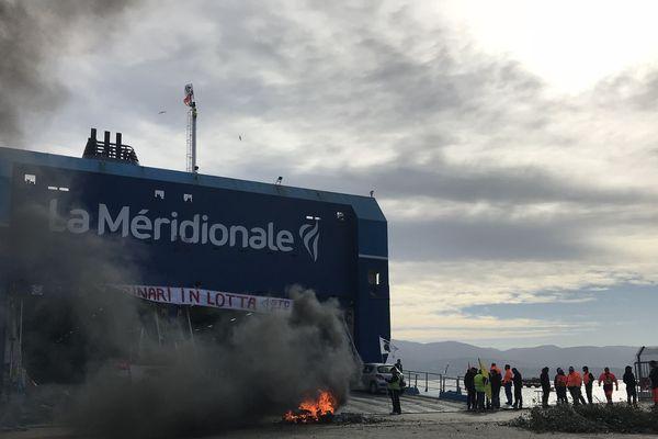 Le Girolata bloqué par les marins de la Méridionale dans le port d'Ajaccio