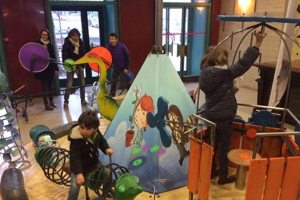 A l'occasion du festival des jeux de Rouen, les enfants peuvent profiter d'un manège qui fonctionne grâce à la force des parents.