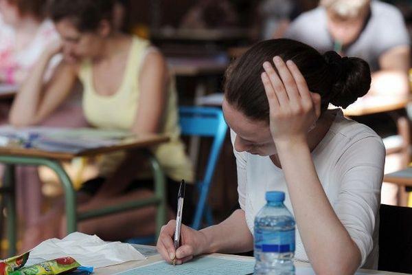 Une lycéenne aux épreuves du bac. Illustration