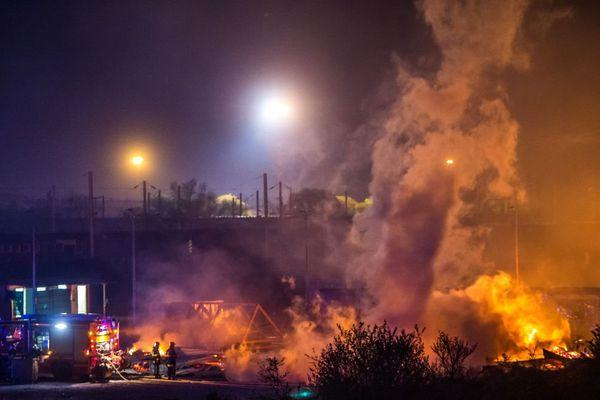 Le camp, ouvert en mars 2016 et qui accueillait 1.500 migrants, a presque entièrement brûlé en une nuit.