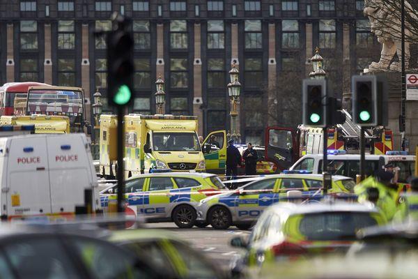 Police et secours sur le pont de Westminster à Londres où plusieurs piétons ont été fauchés par un véhicule.