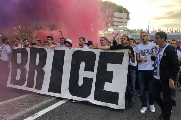 Environ 200 personnes participaient à Toulouse ce samedi 5 octobre à une marche en hommage à Brice Taton tué par des hooligans il y a 10 ans