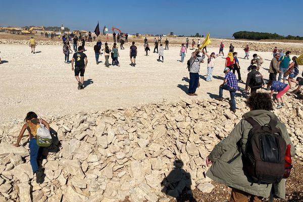 Vers 16 heures, les manifestants se sont retrouvés sur la réserve en construction sur la commune de Mauzé-sur-le-Mignon (79).