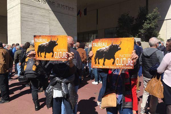 Lors de l'audience, le 24 mars 2021, les aficionados de corrida s'étaient rassemblés devant le palais de justice pour soutenir Sébastien Castella, la ville de Béziers et le directeur des arènes Robert Margé. - Béziers (Hérault)