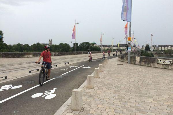 Plus aucune gêne entre piétons et cyclistes pour traverser la Loire sur le Pont de pierre
