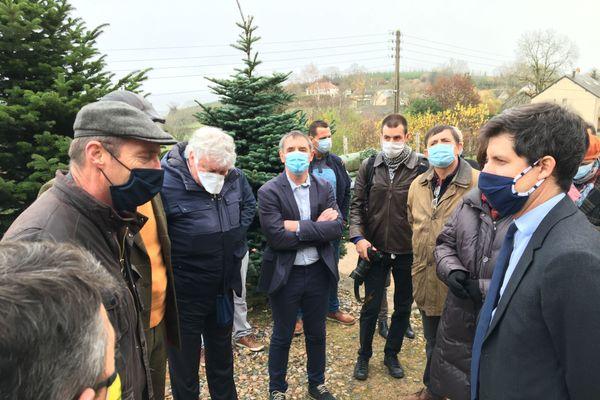 Le Ministre de l'agriculture Julien Denormandie (à d.) et les producteurs de sapins (à g. Frédéric Naudet)