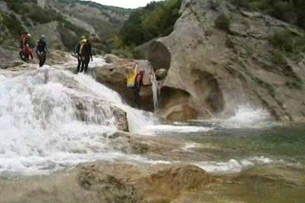 Des spécialistes du canyoning balisent le parcours dans les gorges de Galamus.