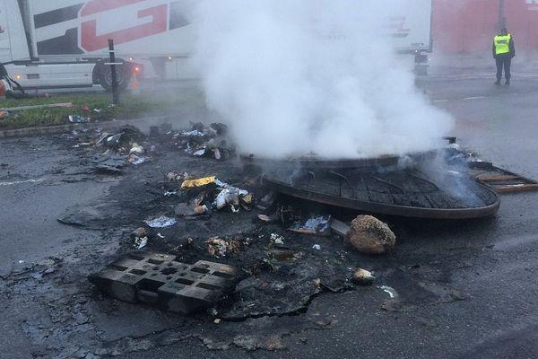 Un barrage de feu éteint vers 8h20 bloquait la route de Lorient à l'entrée de Rennes