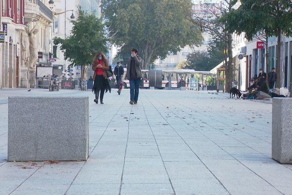 La rue de la République à Lyon, vendredi 30 octobre, au premier jour du deuxième confinement. Les commerces ont baissé le rideau, plusieurs quartiers sont beaucoup plus calmes qu'à l'ordinaire, mais la ville n'est pas aussi désertée que lors du premier confinement.