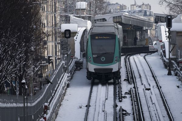 """Dans la nuit de mardi à mercredi, la RATP va faire circuler des rames de métro toute la nuit pour """"chauffer les installations mais aussi limiter l'enneigement sur les voies et prévenir le gel sur les caténaires"""". (photo d'illustration)"""