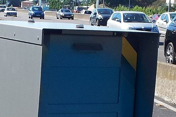 Montpellier - un radar fixe bombé en bleu et donc vandalisé sur la route de Carnon - 10 août 2013.