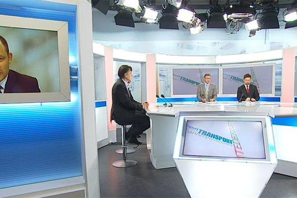 Fabrice Liégard et Renato Willien avec leurs invités sur le plateau de l'émission La Voix est Libre