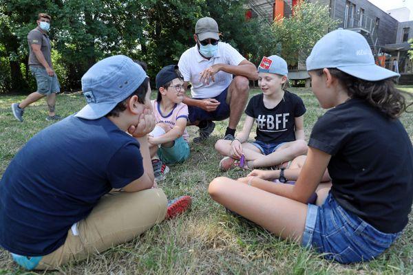 Un animateur anime un atelier de colonie de vacances à la Maison de la nature du Ried à Muttersholtz (Bas-Rhin), le 28 juillet 2020.