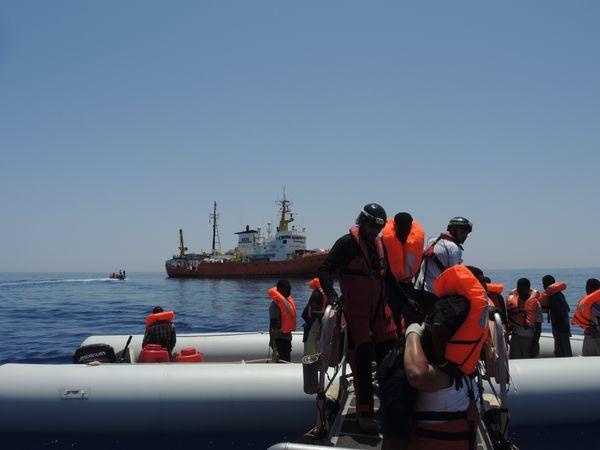 L'ONG SOS Méditerranée vient en aide aux migrants qui tentent de traverser la mer à l'aide de son navire, l'Aquarius.