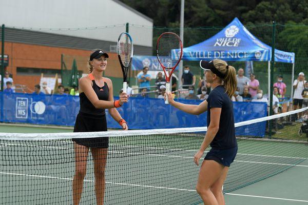 Kristina Mladenovic et Fiona Ferro à la fin du match.