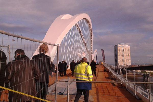 Le pont n'est pas encore tout à fait installé. Il faudra trois mois de travaux supplémentaires avant que les techniciens quittent les lieux