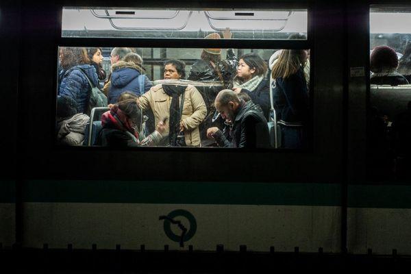 Des voyageurs dans le métro parisien, le 10 janvier dernier, au 37e jour de grève contre la réforme des retraites (illustration).