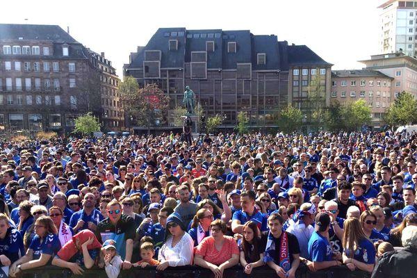 Des milliers de Strasbourgeois, place Kléber à Strasbourg.