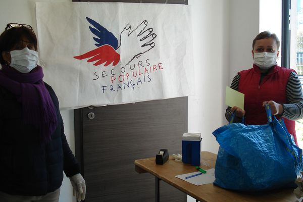 Des bénévoles continuent à aider les personnes dans le besoin. Ici, distribution de colis alimentaires.