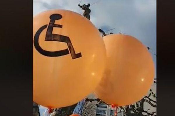 Des ballons oranges, symboles du handicap