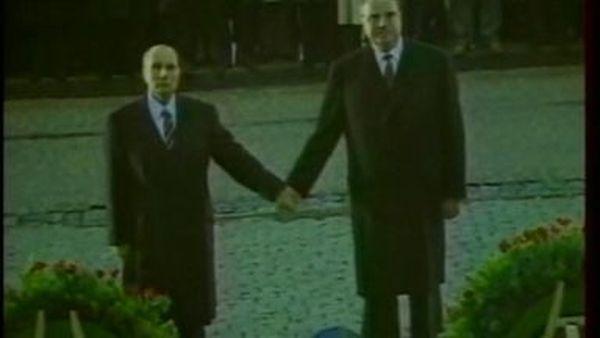 François Mitterrand et Helmut Kohl à l'ossuaire de Douaumont en 1984.