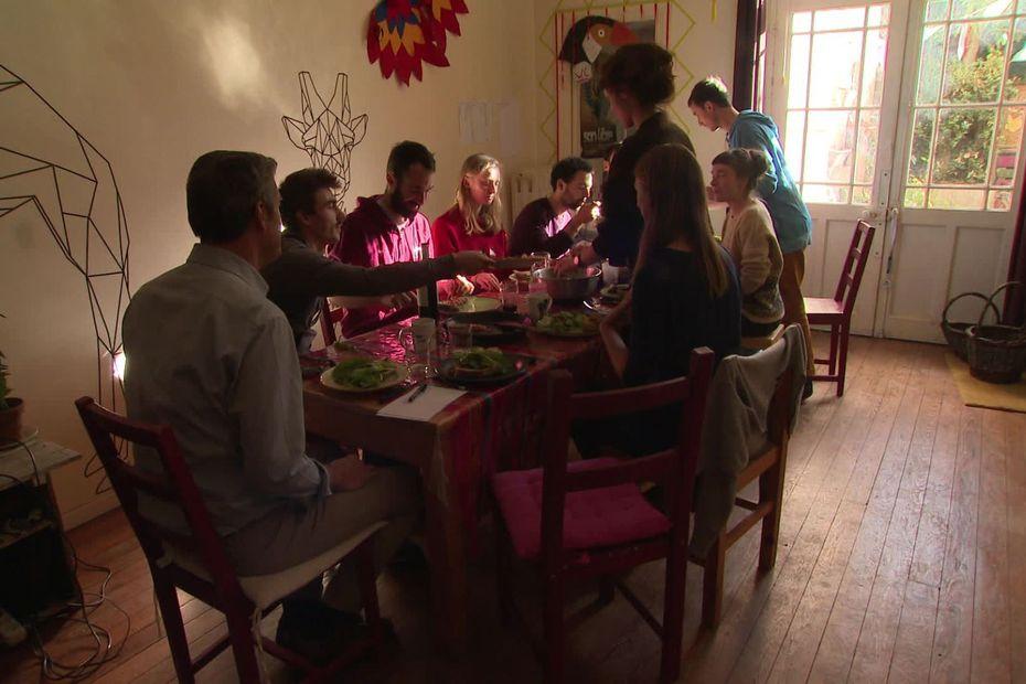 Ils sont 11 jeunes salariés et ont choisi de vivre en colocation à Toulouse, un mode de vie dans l'air du temps