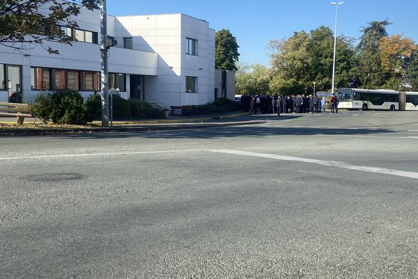 Les conducteurs de bus de Vitalis exerçant leur droit de retrait se sont réunis ce 15 octobre devant le siège de la société, à Poitiers.