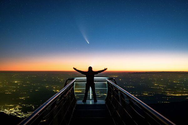 Le moment parfait au Pic du Midi à 5 heures du matin avec la comète Neowise au bout du ponton.