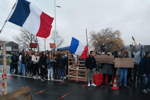 """Les lycéens rejoignent les """"Gilets Jaunes"""" sur le pont d'Oléron"""