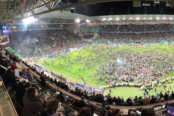 Saint Etienne est en finale de la coupe de France en battant Rennes 2 à 1. Les Stéphanois, particulièrement bien soutenus par leur public, qui a d'ailleurs envahi le terrain au coup de sifflet final, avaient bien débuté la rencontre.